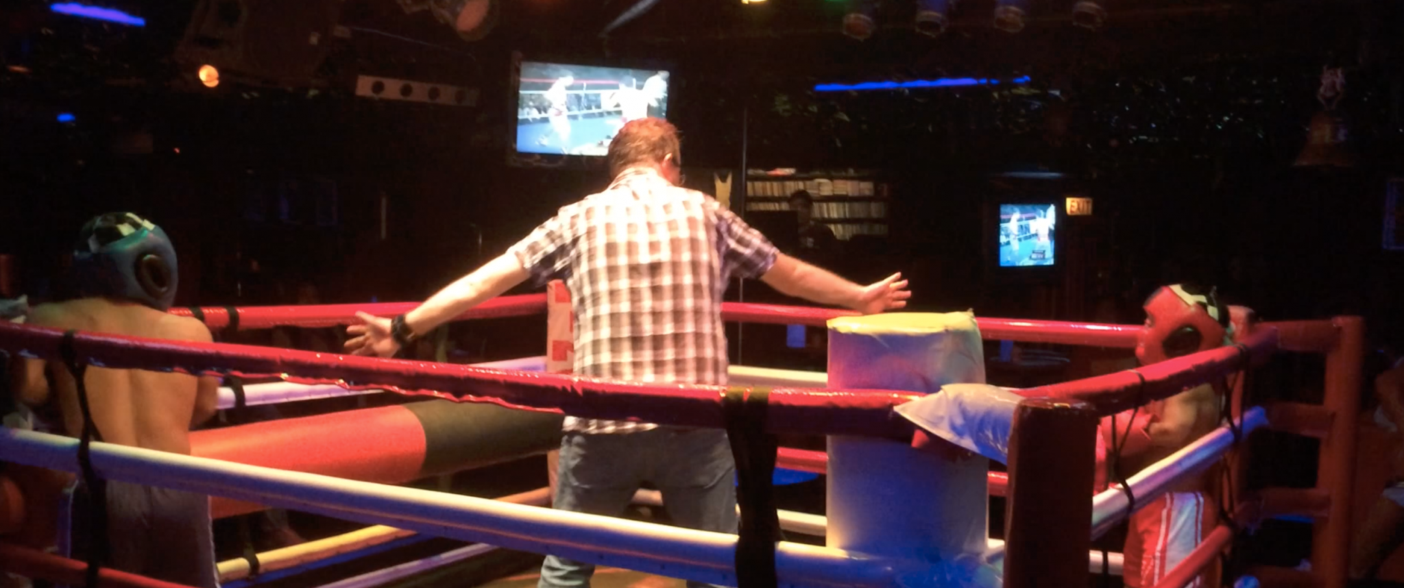 Drink tourist referees midget boxing match